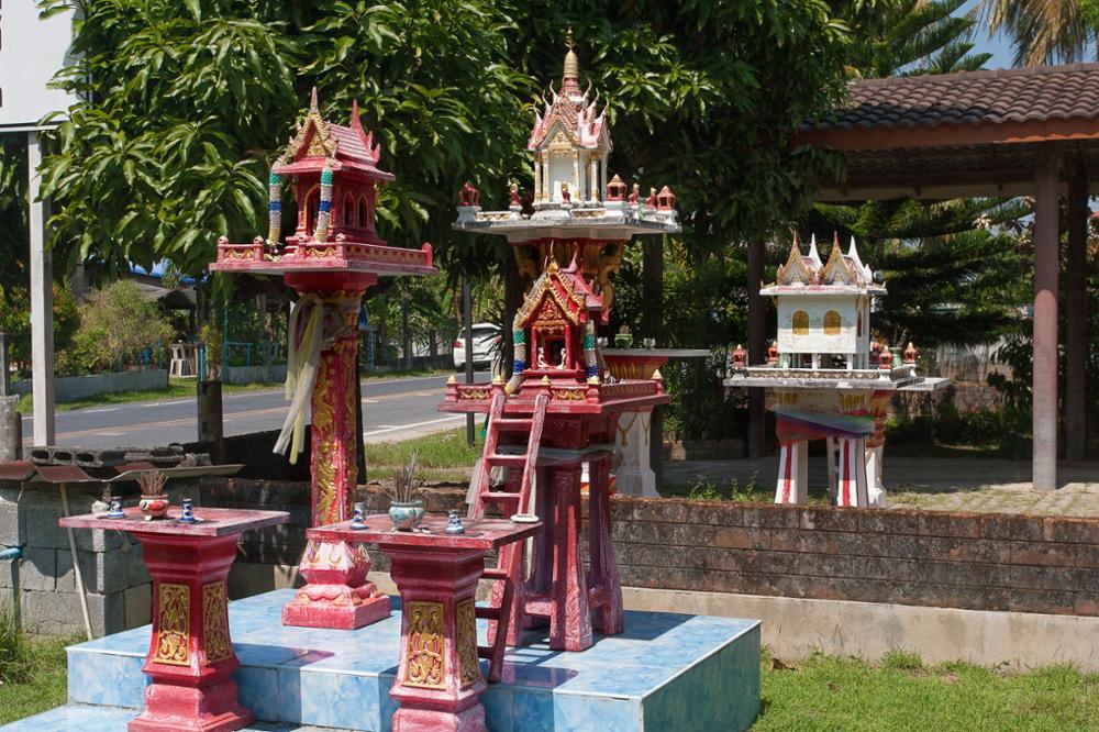 Qu'est-ce que les petites maisons des esprits dans les jardins thaïlandais ?